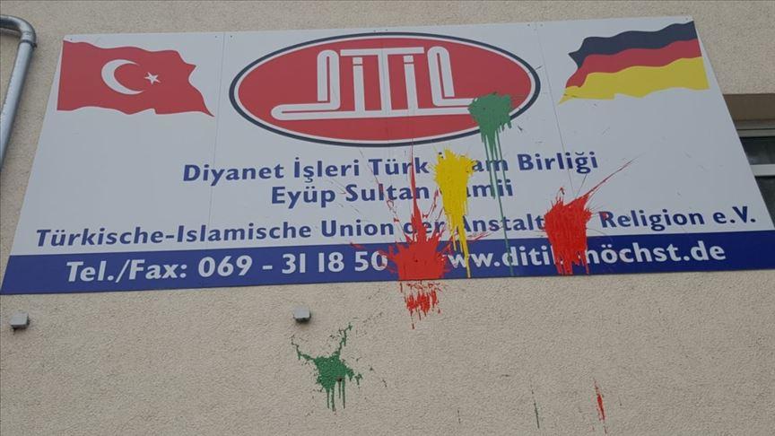 Almanya'da cami duvarına boya